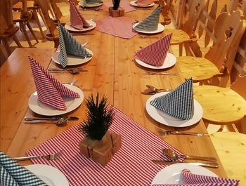 Dekorierter Tisch im Alpensaal