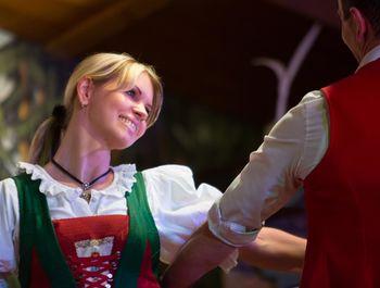 Tanzpaar beim traditionellen Volkstanz